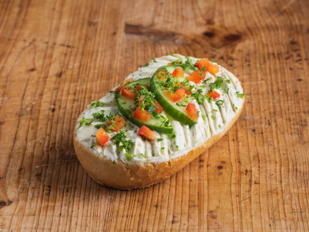 Brötchen mit Kräuterfrischkäse