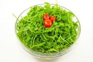 2282Z-capresesalat-mit-mini-mozzarella-cherrytomaten-oliven-rucola-und-pesto-oben-white