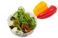 2321Z-Capresesalat mit Mini-Mozzarella, Cherrytomaten, Oliven, Rucola und Pesto-klein2