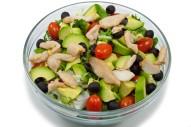 2323Z-avocado-hähnchen-salat-cherry-tomaten-oliven-rucola-pesto-oben