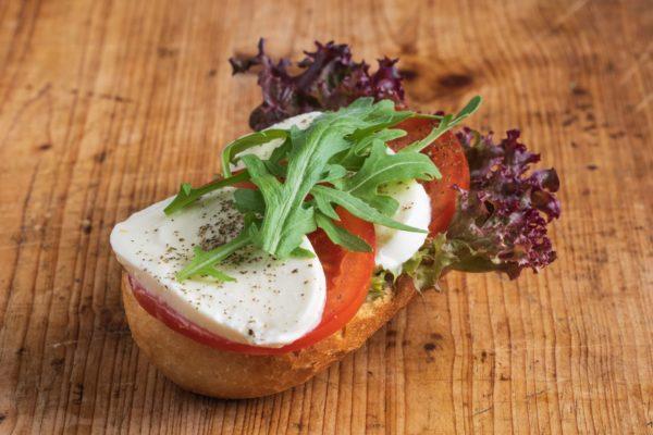 Brötchen mit Mozzarella und Tomate