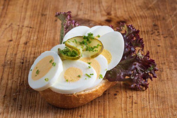 Brötchen mit gekochtem Ei