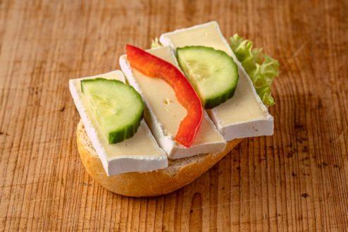 Brötchen mit Camembert