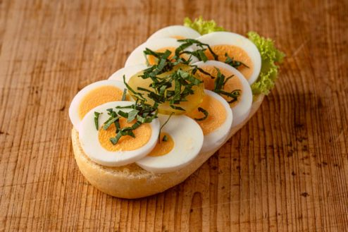 Broetchen mit gekochtem Ei