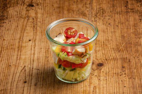 Gartensalat mit Haehnchenbrust im Weckglas