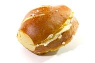Mini Laugengebäck mit Butter überstrichen