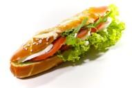 Laugenstange belegt mit Mozzarella und Tomate
