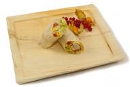 gefüllter Wrap mit Hähnchenbruststreifen, Salat, Paprika und pikanter Soße