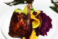 Entenkeule mit Apfelrotkohl und hausgemachten Kartoffelklößen