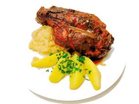 Schweinshaxe mit Kartoffeln und Ananas-Sauerkraut