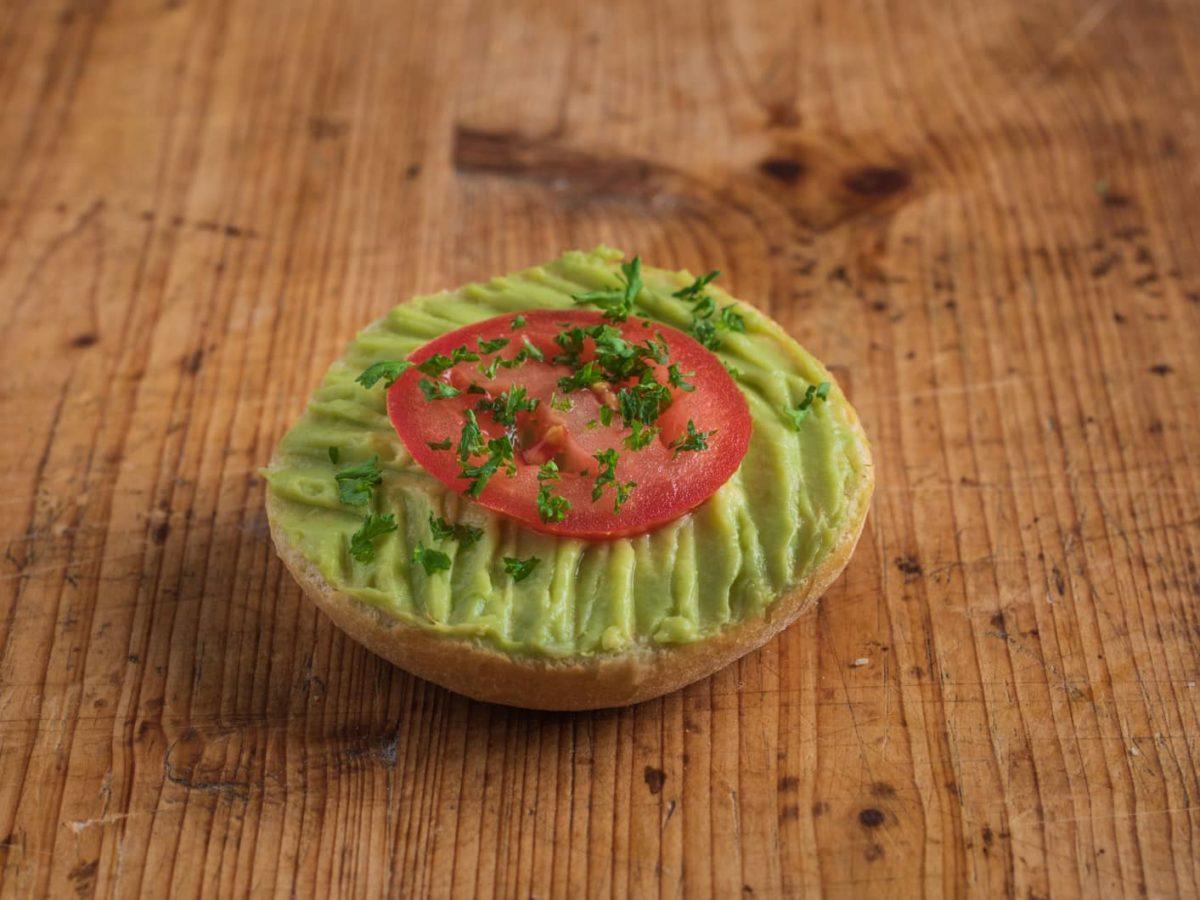 Halbes belegtes Mini Brötchen mit Avocadocreme VEGAN
