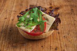 Mini Brötchen mit Mozzarella und Tomate