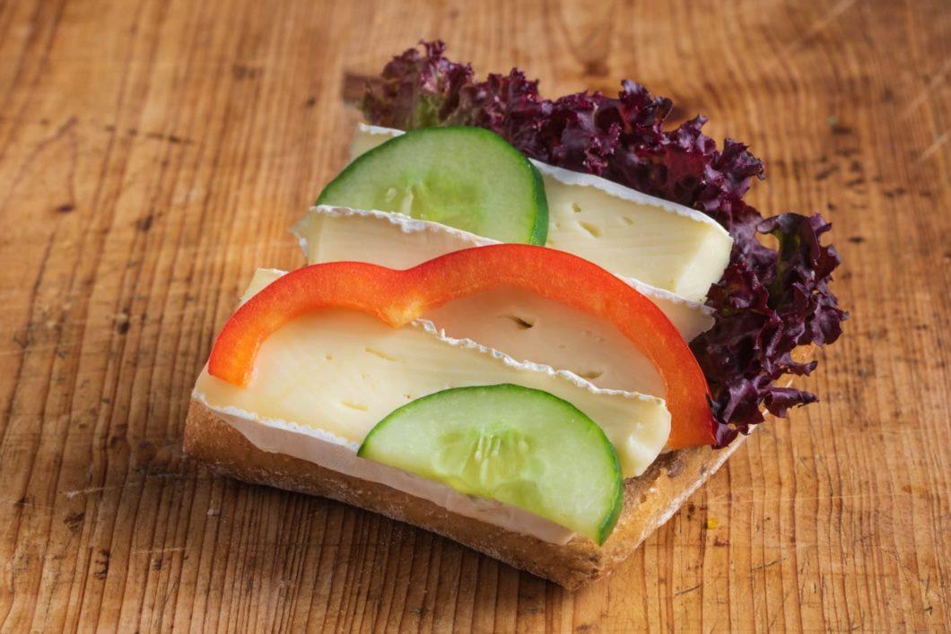 Vollkorn-Brötchen mit Camembert