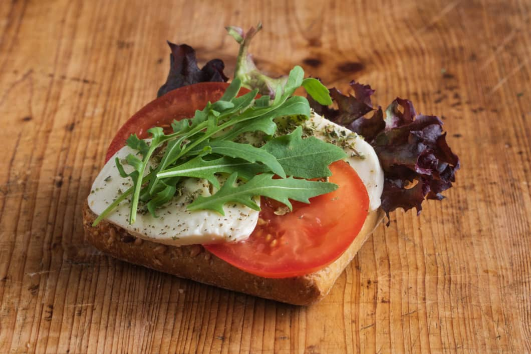 Vollkorn-Brötchen mit Mozzarella und Tomate