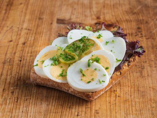 Vollkorn-Brötchen mit gekochtem Ei