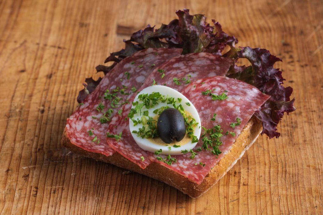 Vollkorn-Brötchen mit italienischer Salami