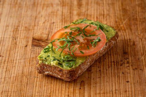 Vollkorn Broetchen mit Avocadocreme VEGAN