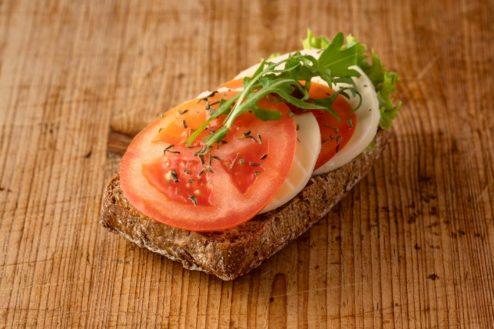 Vollkorn Broetchen mit Mozzarella und Tomate