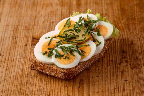 Vollkorn Broetchen mit gekochtem Ei