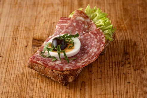 Vollkorn Broetchen mit italienischer Salami