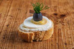 Weißbrot Canape Ei