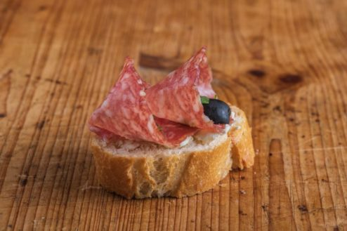 Weißbrot Canape Mailänder Salami