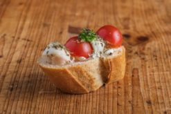 Weißbrot Canape Mozzarella-Tomate