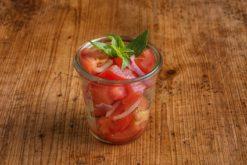 Tomaten-Zwiebel Salat im Weckglas