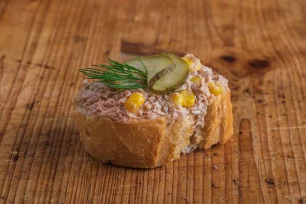 Weißbrot Canape Thunfischcreme