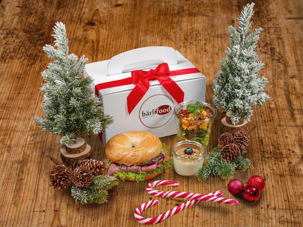 Weihnachtliche X-Mas Box mit Bagel, Salat und Dessert